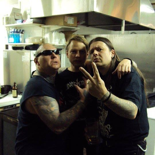 "«Black Flames of Blasphemy», Helsinki, 2009. De izq. a der: Black Winds (BLASPHEMY), Holocausto (BEHERIT) & Ustu (DENIAL OF GOD). 3 Black Hearts ""perdido en acción"" [Foto tomada del Instagram de Nuclear War Now!]."